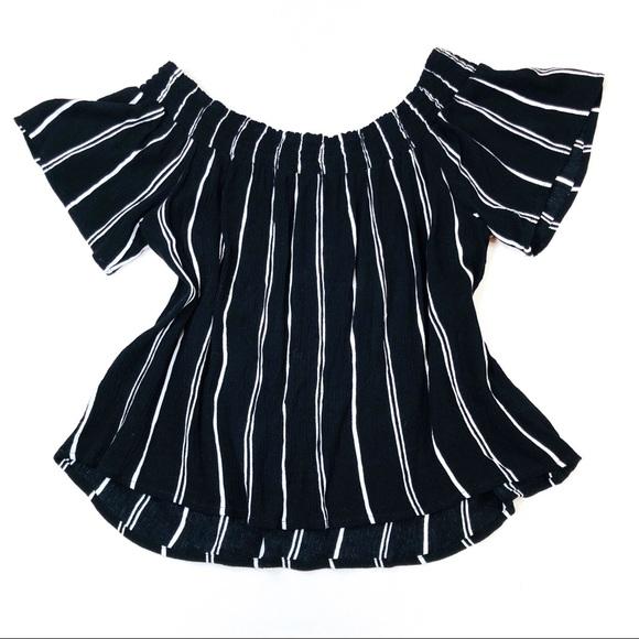 fb6d9b55a6de5 Xhilaration Black   White Striped Flowy Top. M 5a762508f9e501a524745ef7
